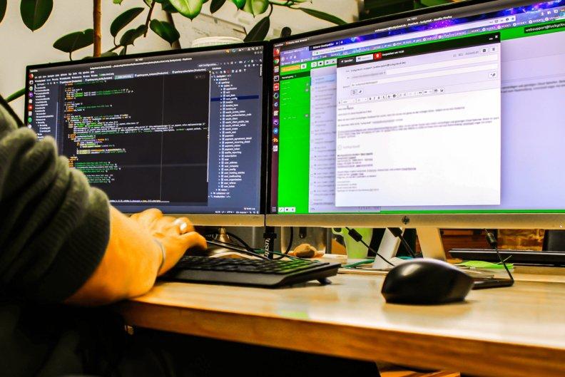 Zwei Bildschirme mit Code und Luckymail offen